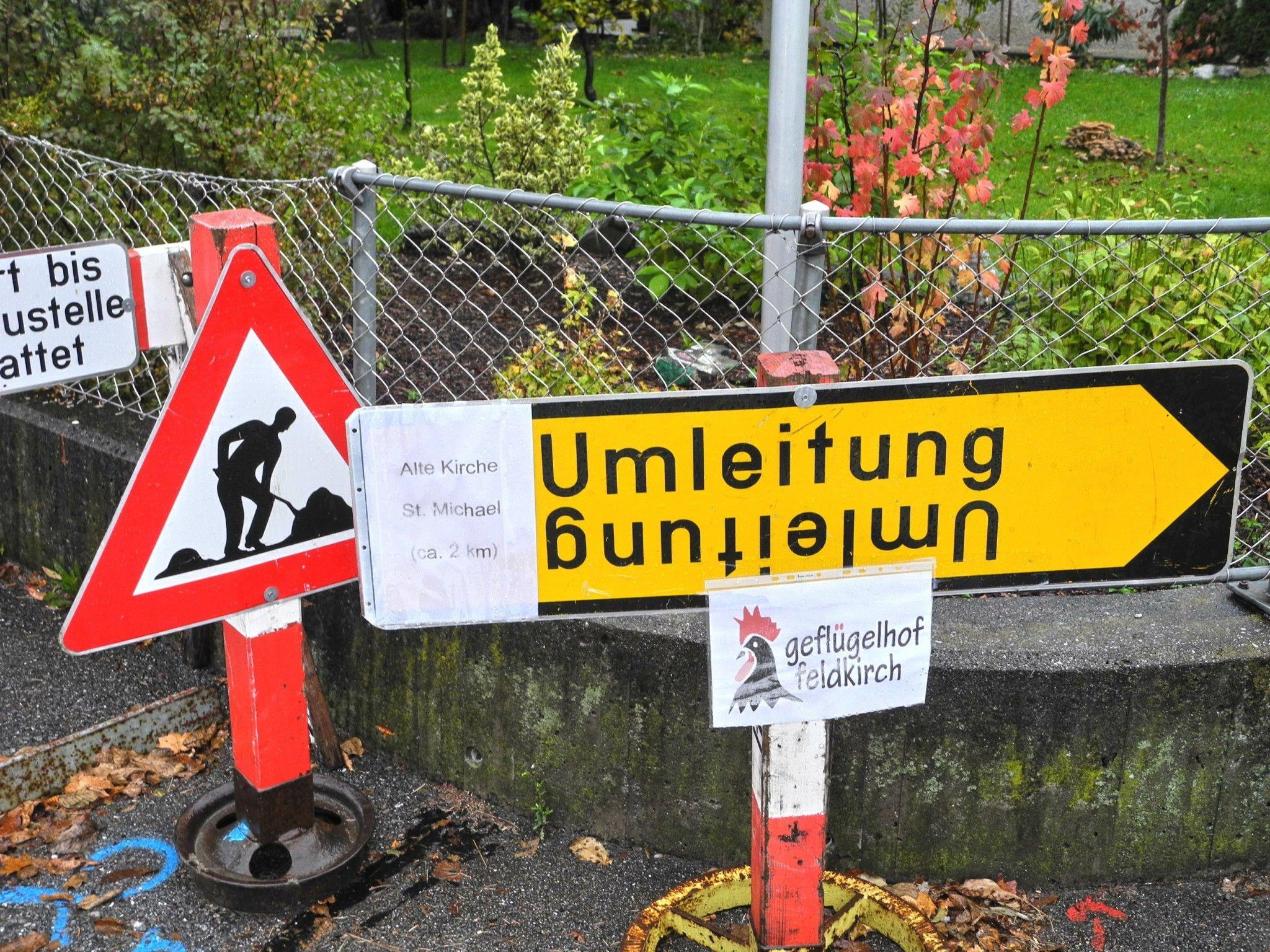 Der Feldweg in Tisis ist wegen dem Austausch des Wasserleitung gesperrt