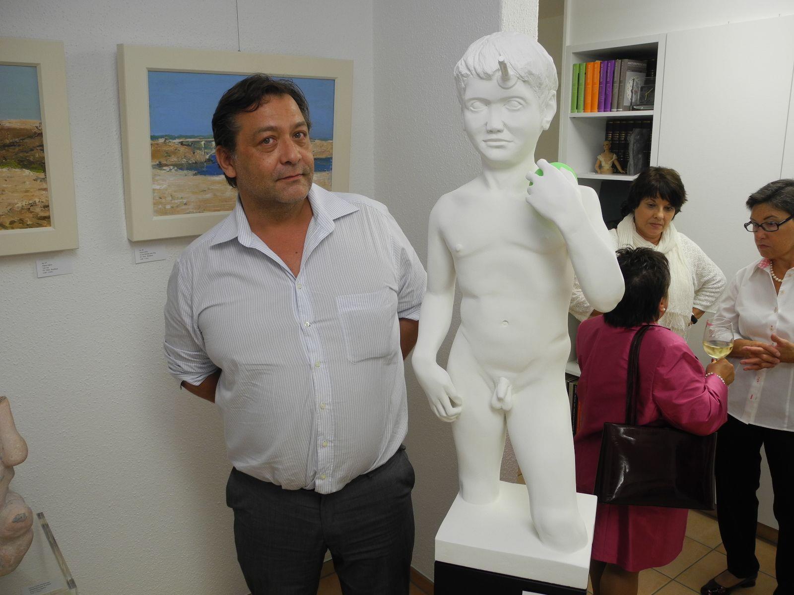 Gordon Markus Gerstner mit einer seiner Skulpturen in der Galerie Altesse