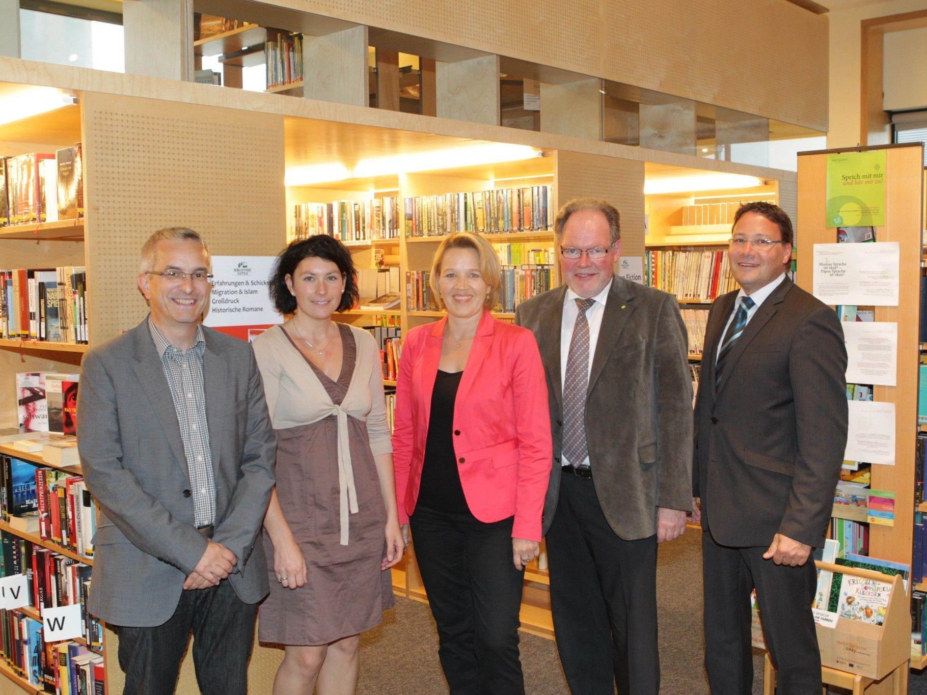 (v.l.) Mag. Christof Dünser, Bibliotheksleiterin Michaela Hermann, LR Andrea Kaufmann, Bürgermeister Werner Huber, VHS Geschäftsführer Mag. Stefan Fischnaller