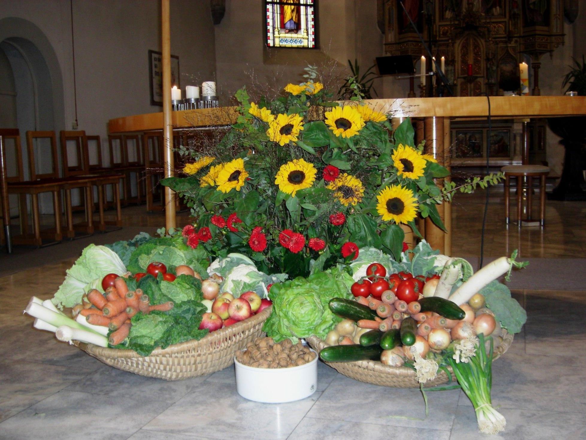 Festlich geschmückter Altarraum
