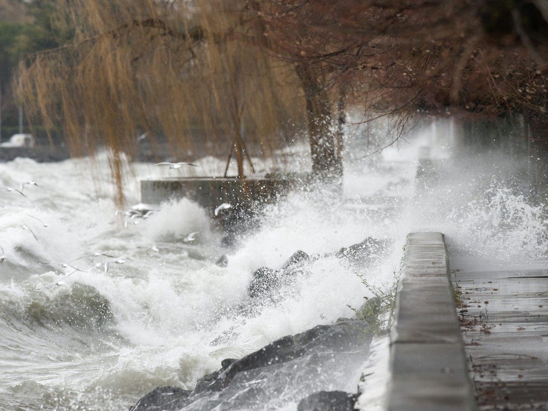 Archivbild: Genfersee bei Lausanne im Dezember 2011 während Sturmtief Joachim.
