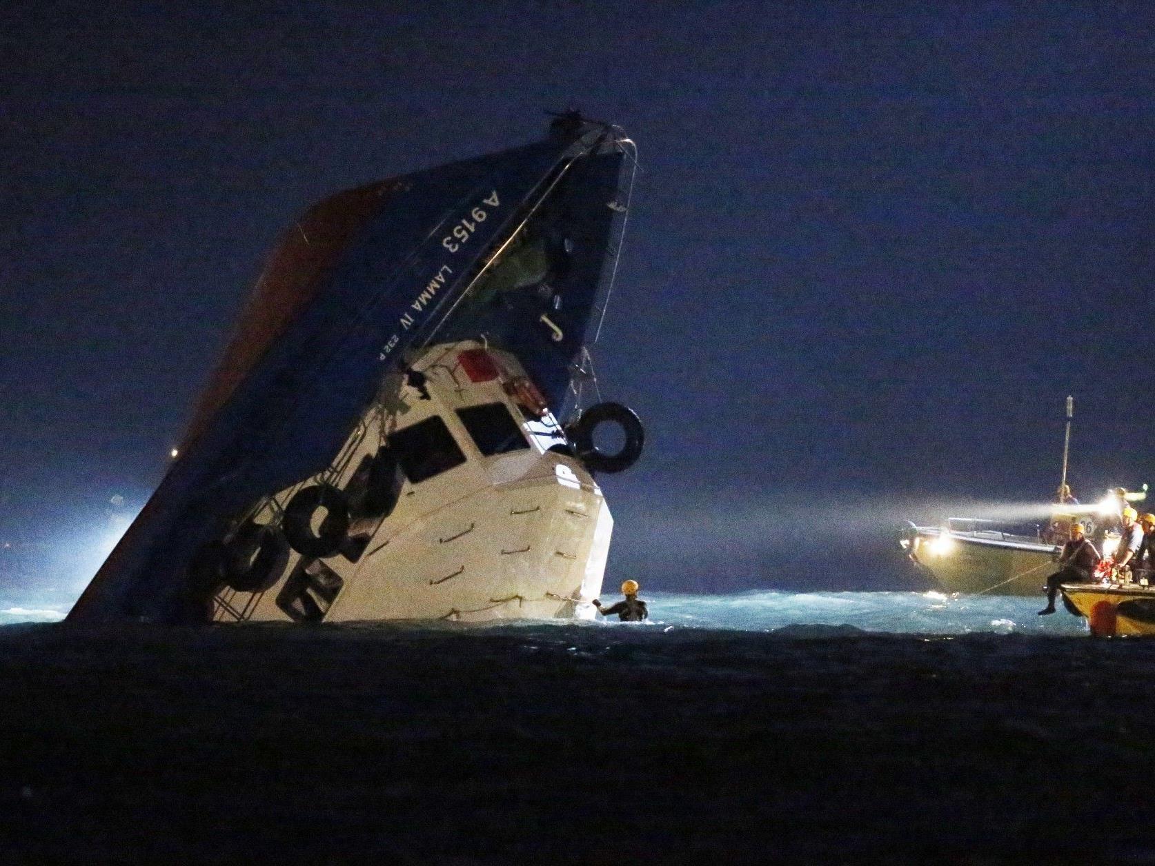 Schiff kollidiert mit Fähre: Zahlreiche Tote, neun Menschen in kritischem Zustand.