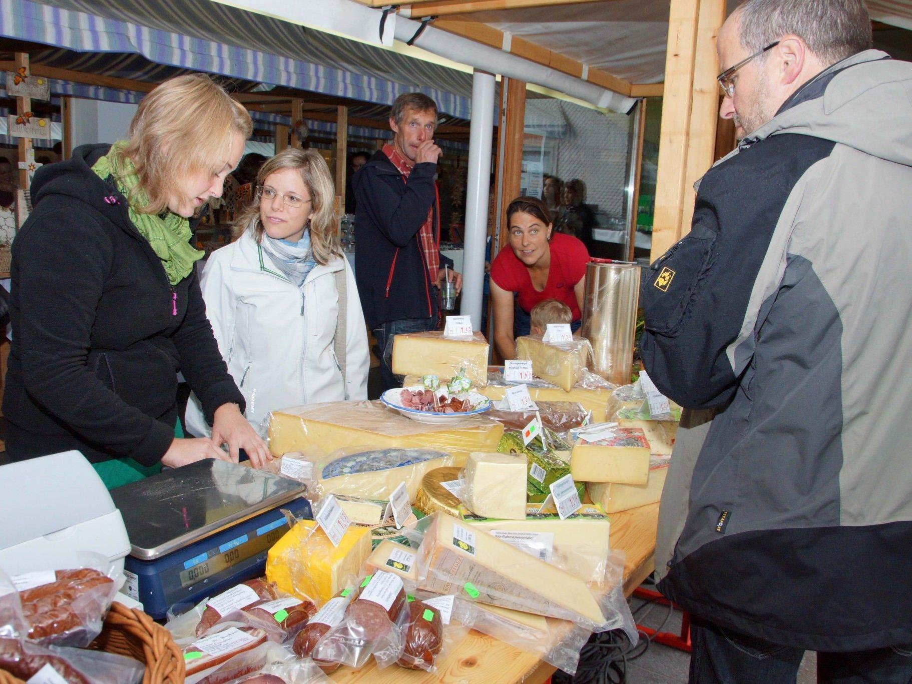 Dorfladen und Sennerei haben zur Verkostung ihrer Produkte eingeladen.