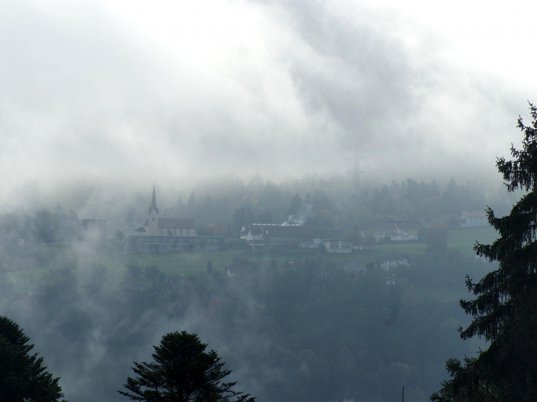 Düsterer Blick heute Vormittag von Langen ins Bucher Dorfzentrum.