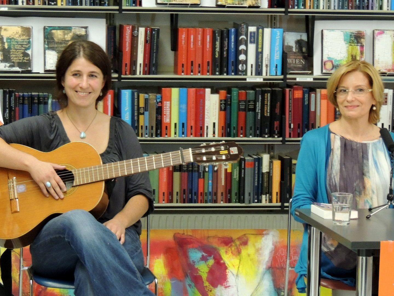 Autorin Andrea Winder und Claudia Josefine Kessler gestalteten die gemeinsame Lesung
