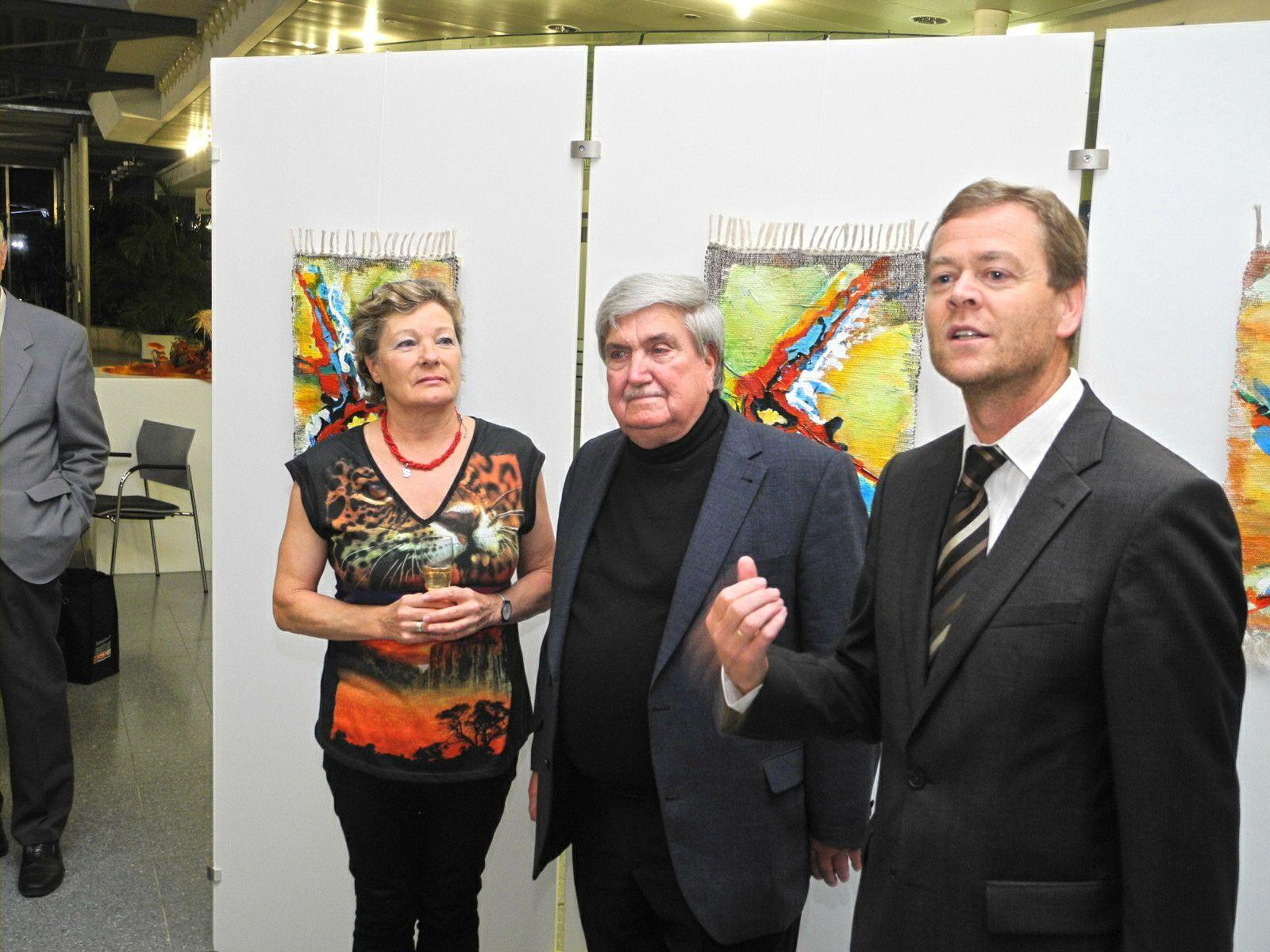 (l.) Silvia Bitschnau und Fidel Schurig mit Dir. Harald Maikisch vom LKH bei der Begrüßung der Gäste