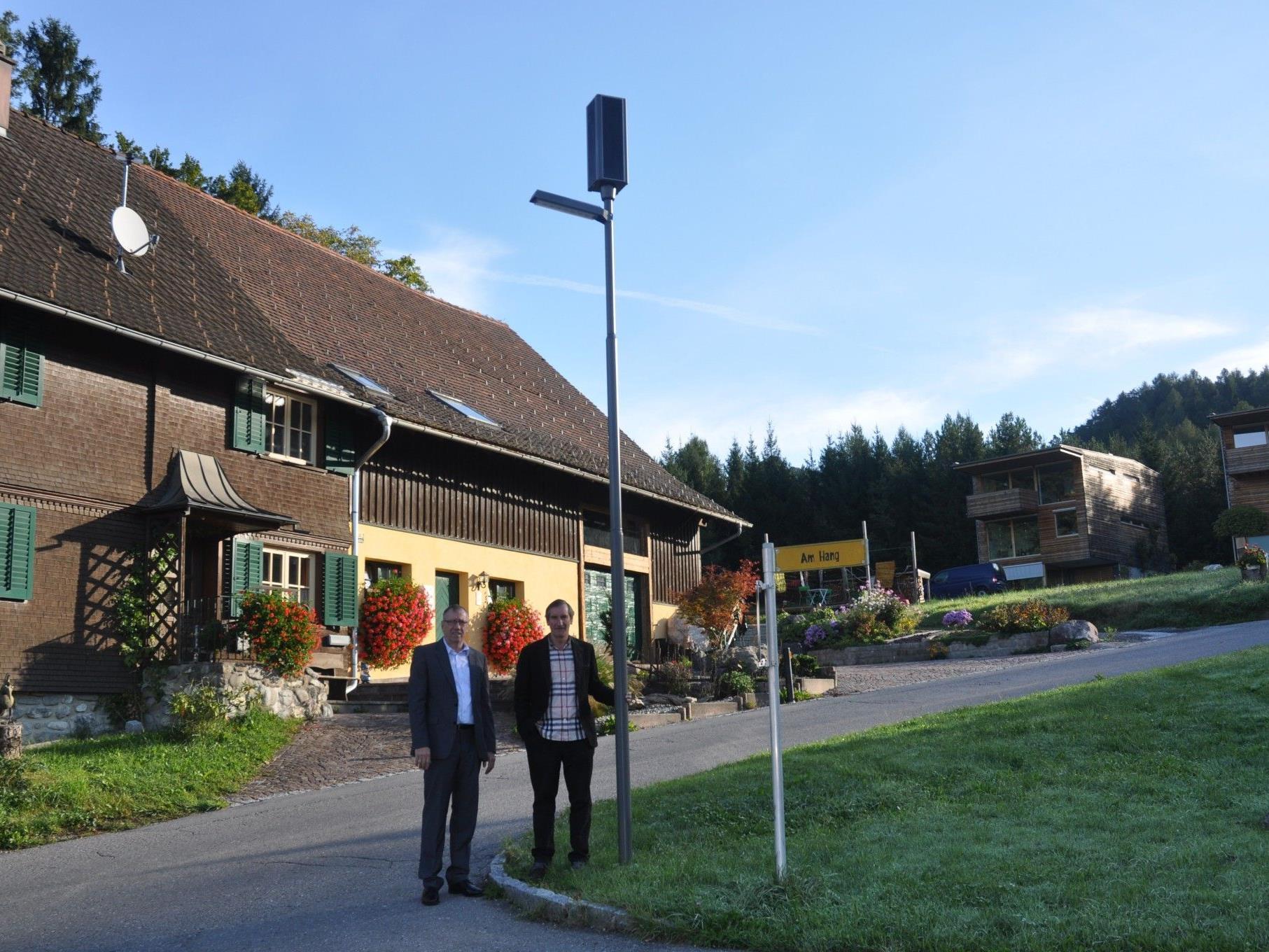 Soltec Geschäftsführerrd Richat Hutter und Bürgermeister Josef Mathis begutachten die Solarbeleutung.
