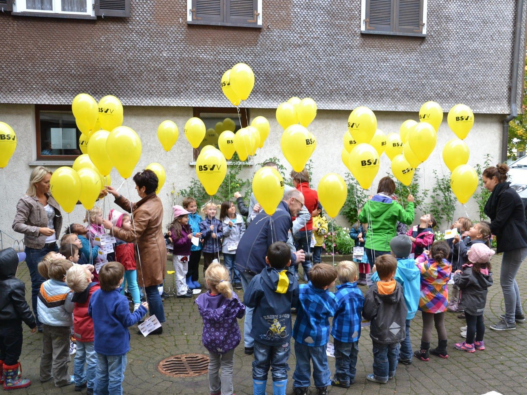 """Luftballonaktion beim Kindergarten Josefsheim anlässlich des """"Tag des weißen Stockes"""""""