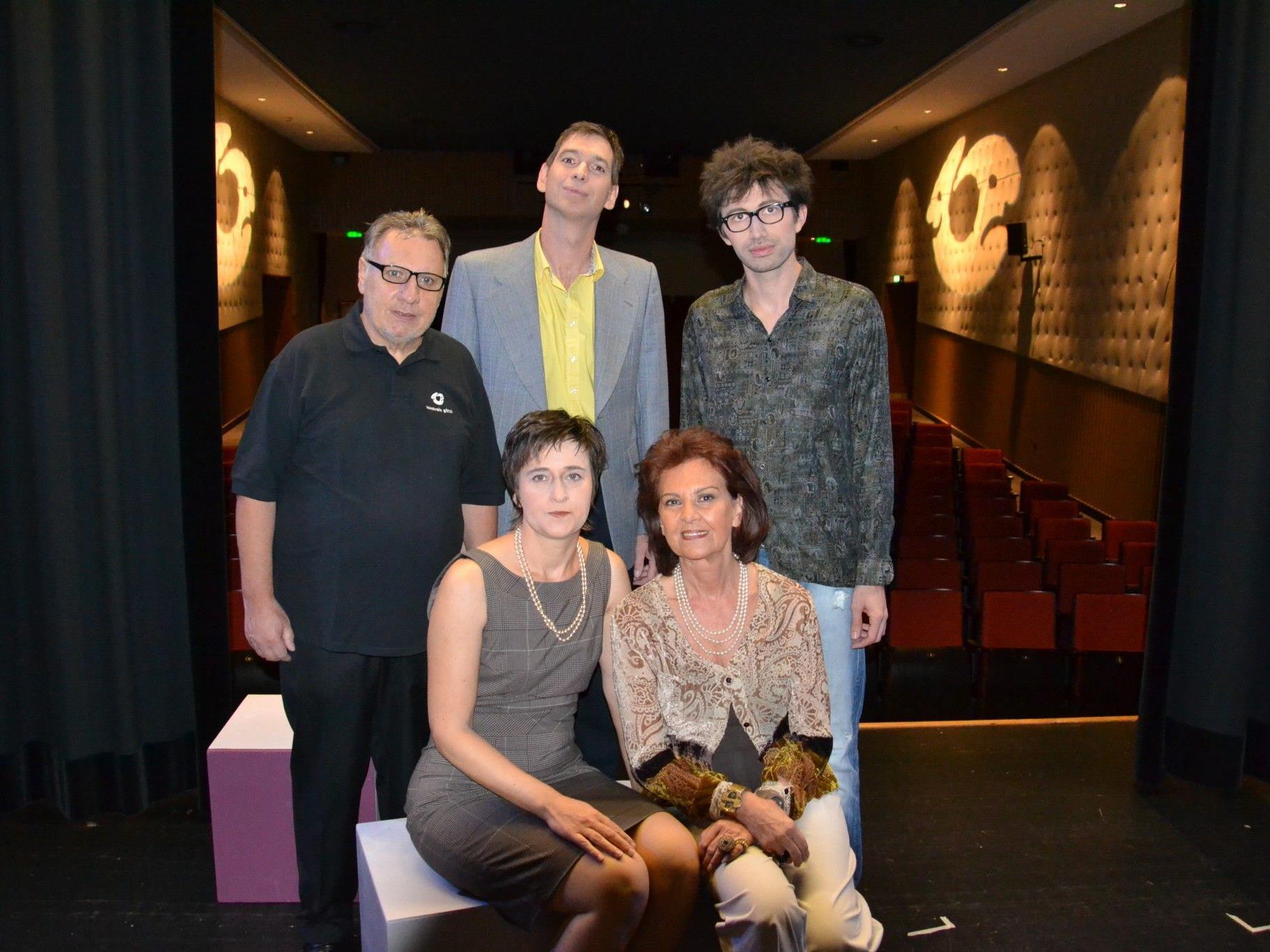 Die Schauspieler mit ihrem Regisseur: Hansjörg Ellensohn (li.), Jürgen Reiner, Andreas Kopf, Karin Klas & Dodo Büchel