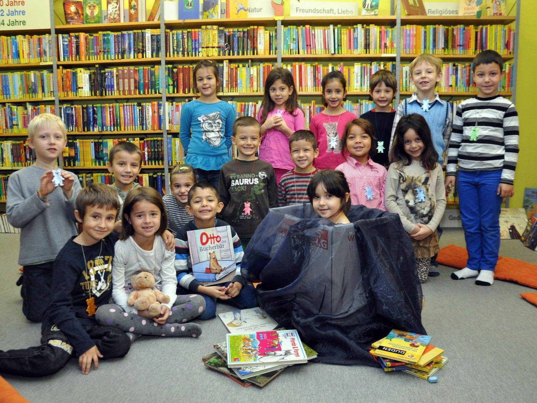 Otto der Bücherbär führte die Kinder in die Geheimnisse der Stadtbücherei Dornbirn ein.