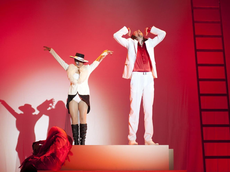 Der weibliche Tod und Don Giovanni kurz vor der Höllenfahrt.