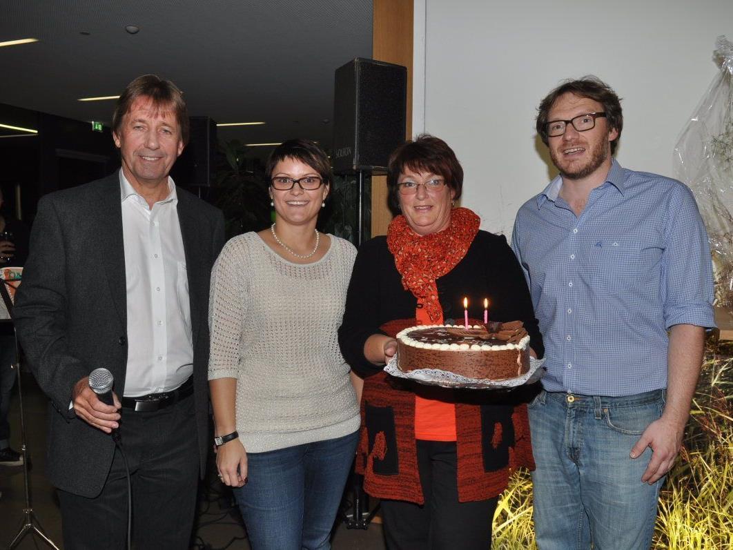 Bgm. Fritz Maierhofer und Ulrike stellten sich bei den Pächtern Franziska Gächter und Michael Mallin mit einer Geburtstagstorte ein.
