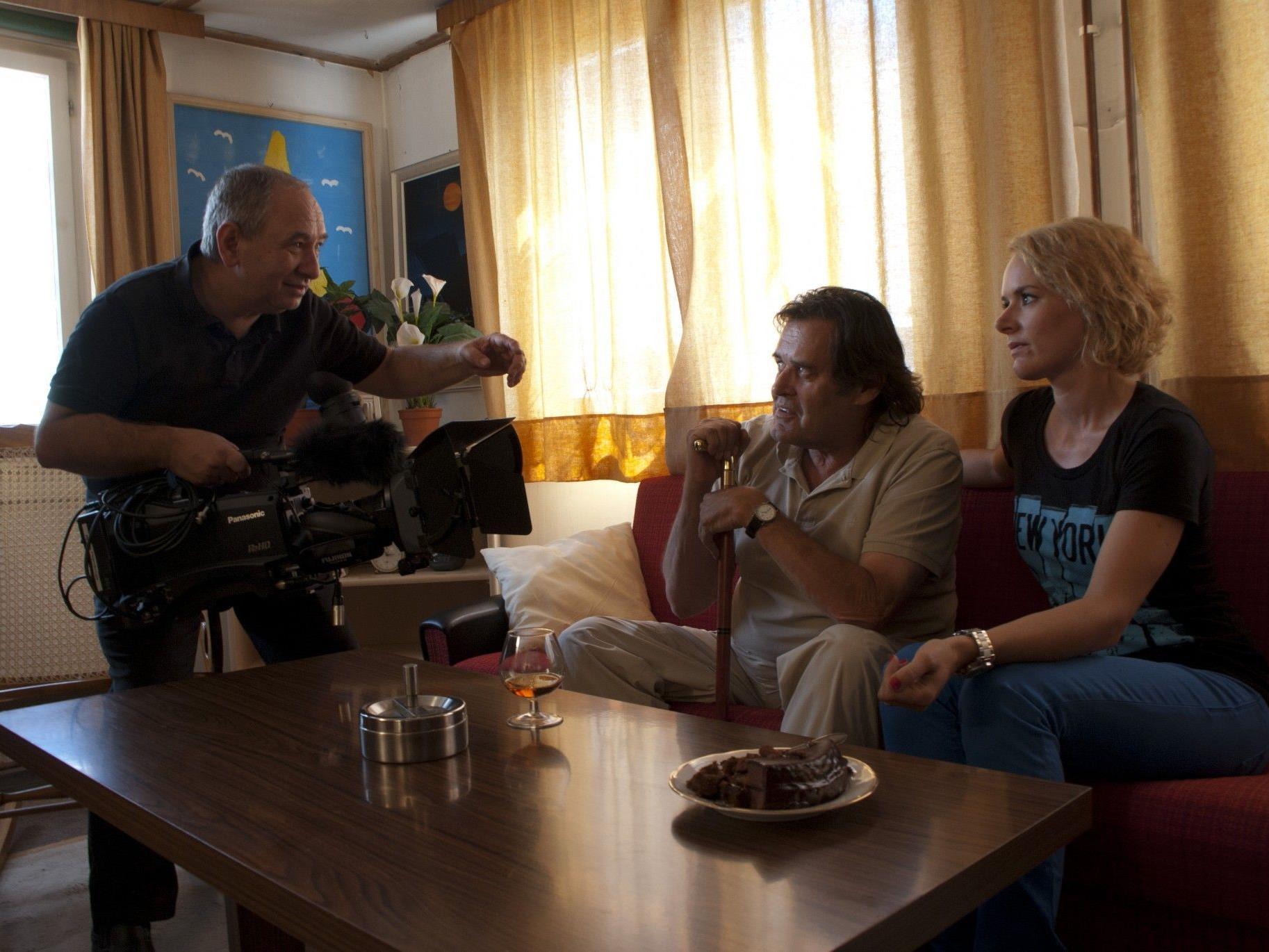 Filmemacher Niko Mylonas beim Dreh mit Kurt Sternik und Anna Elsässer.