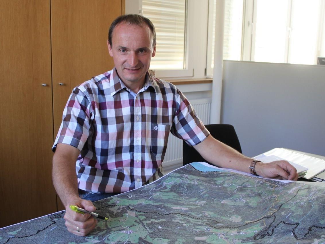 Im Gespräch erläutert Bürgermeister Alfons Rädler die Eichenberger Projekte.