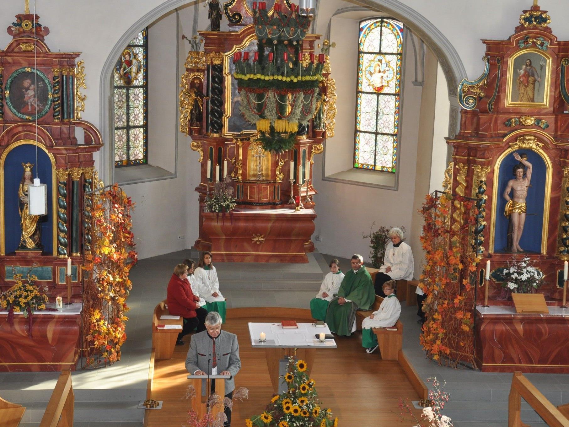 Die Erntedankkrone von Josef Waibel (vorne) war der Blickfang in der Kirche beim Erntedankfest.