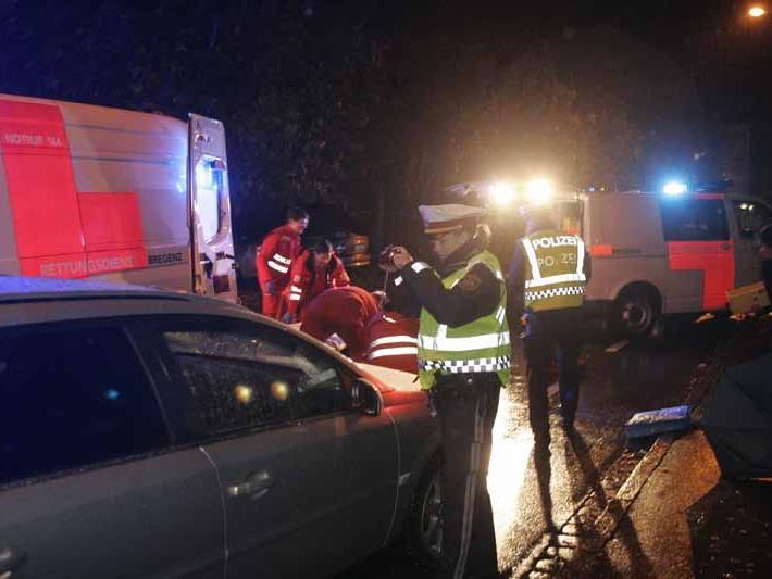 Das Opfer wurde von einem Auto angefahren und schwer verletzt.