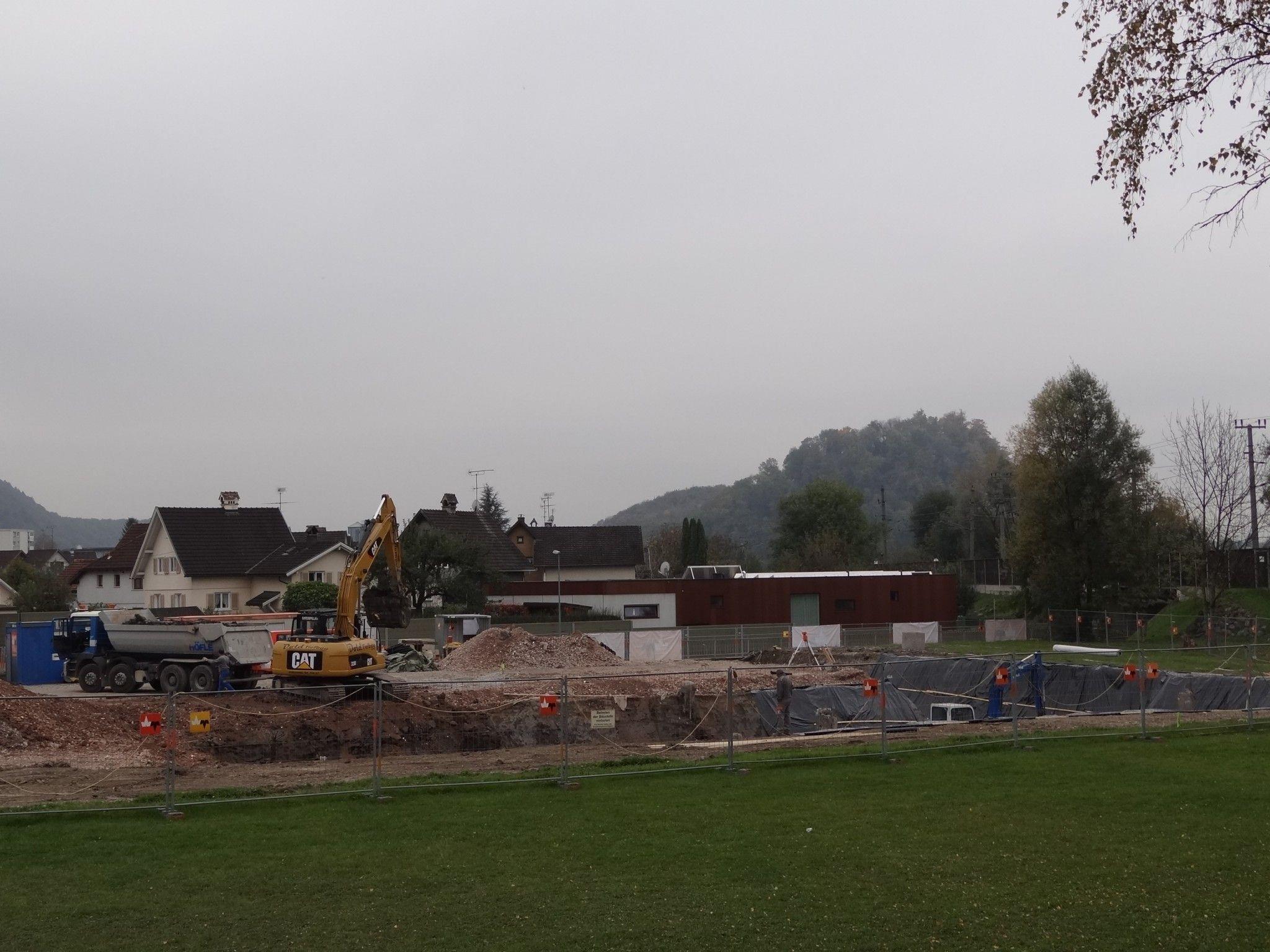 Der Aushub für das neue Feuerwehrhaus im Moos ist bereits angelaufen.
