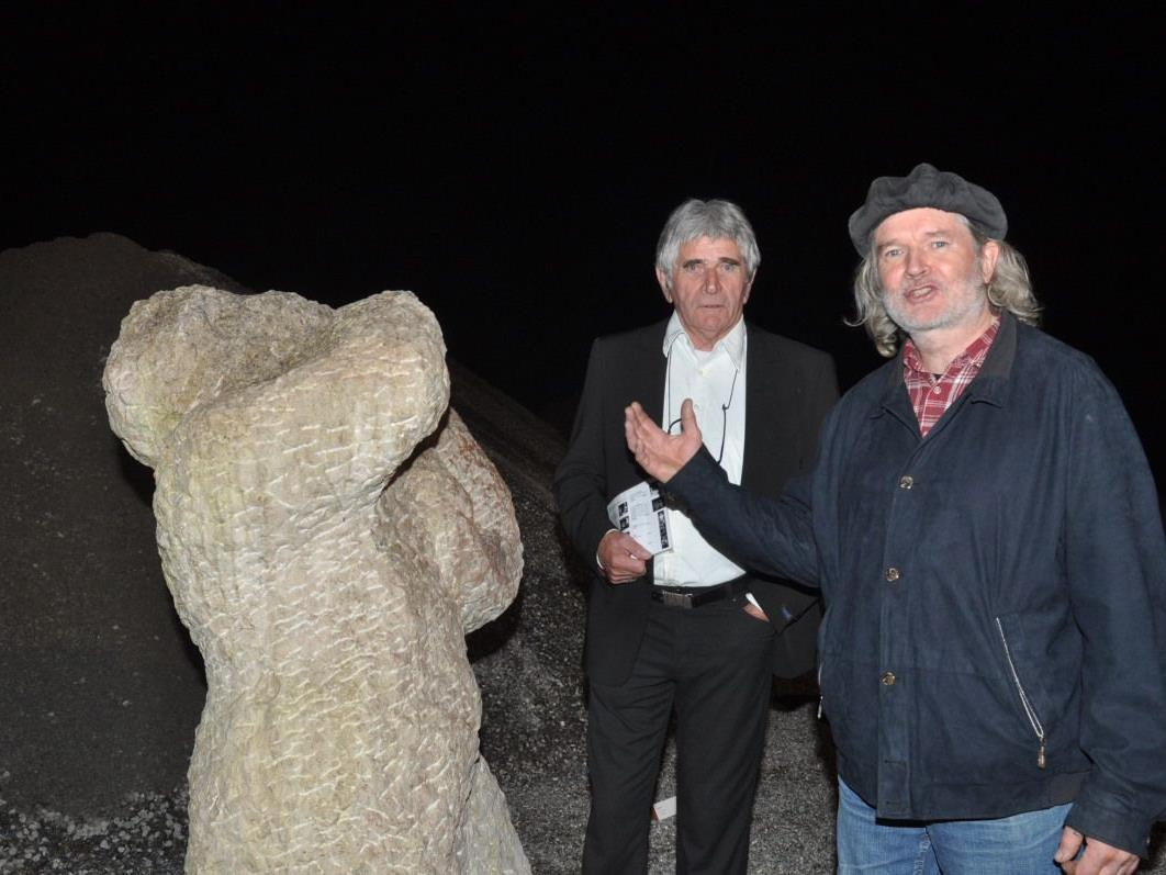 """Werner Kopf von der """"Galerie im Kies"""" mit Bildhauer Ruedi Mösch."""