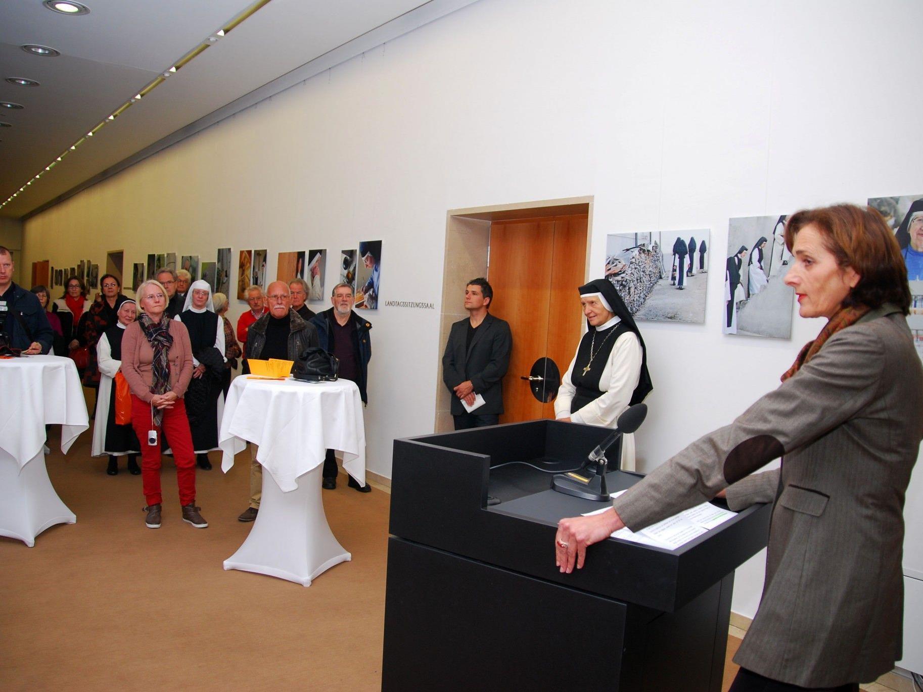 """Landtagspräsidentin Bernadette Mennel eröffnet die Ausstellung """"Beseelte Stille""""."""