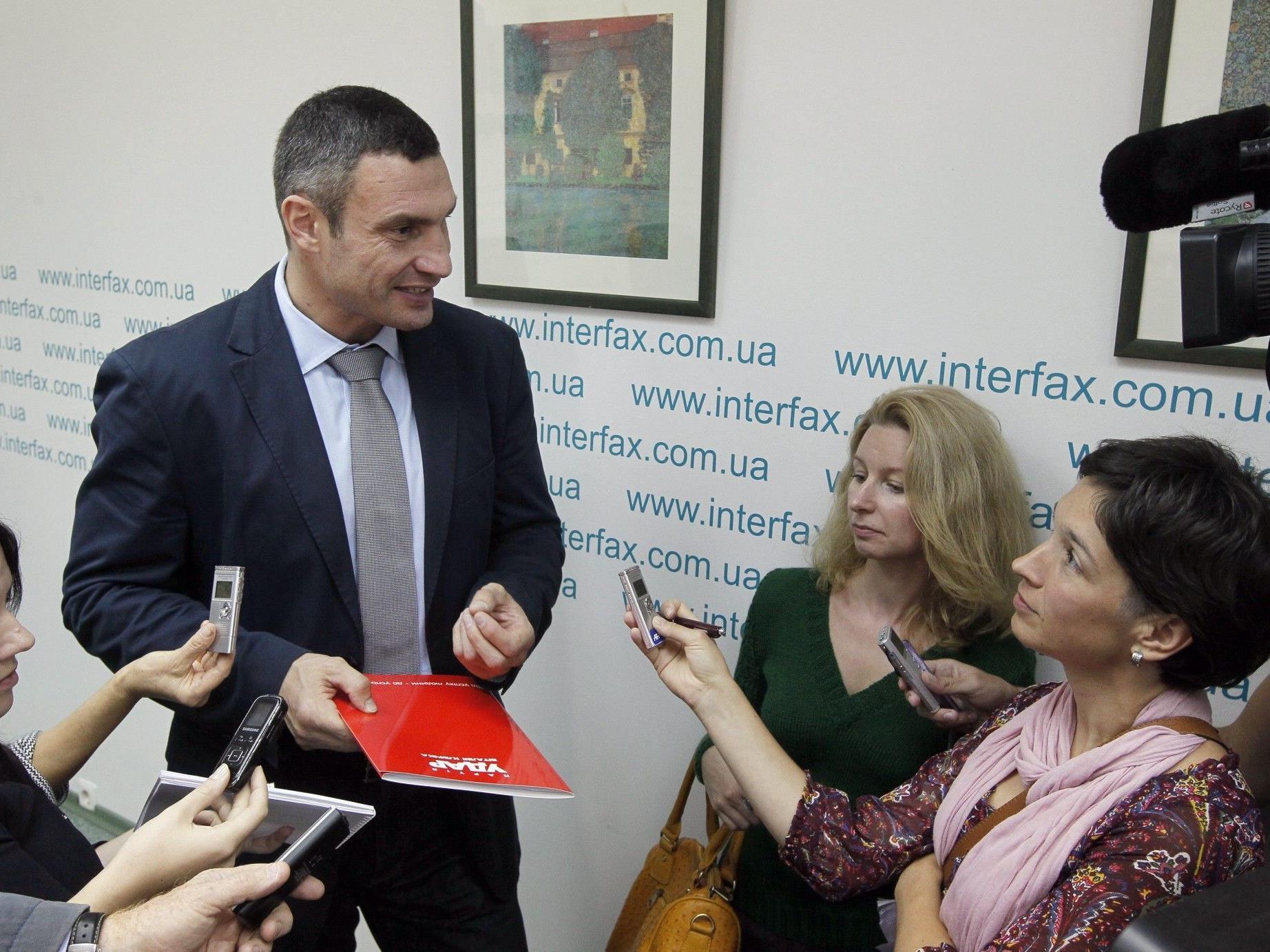 """Vitali Klitschko spricht nach einer Pressekonferenz seiner Partei """"UDAR"""" mit Journalisten."""