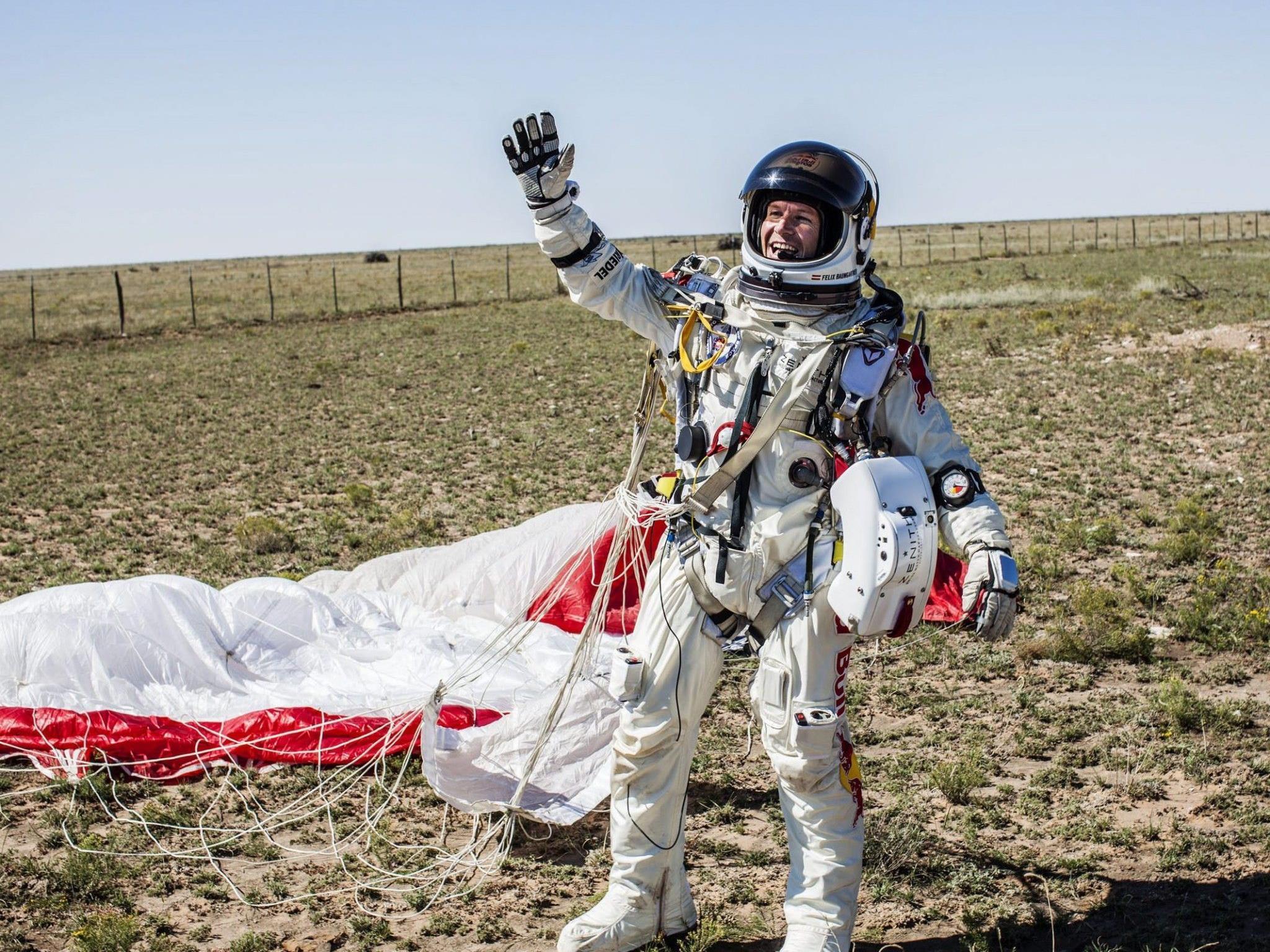 Felix Baumgartner nach der sicheren Landung: 1.342,8 km/h geschafft, drei Rekorde gebrochen.