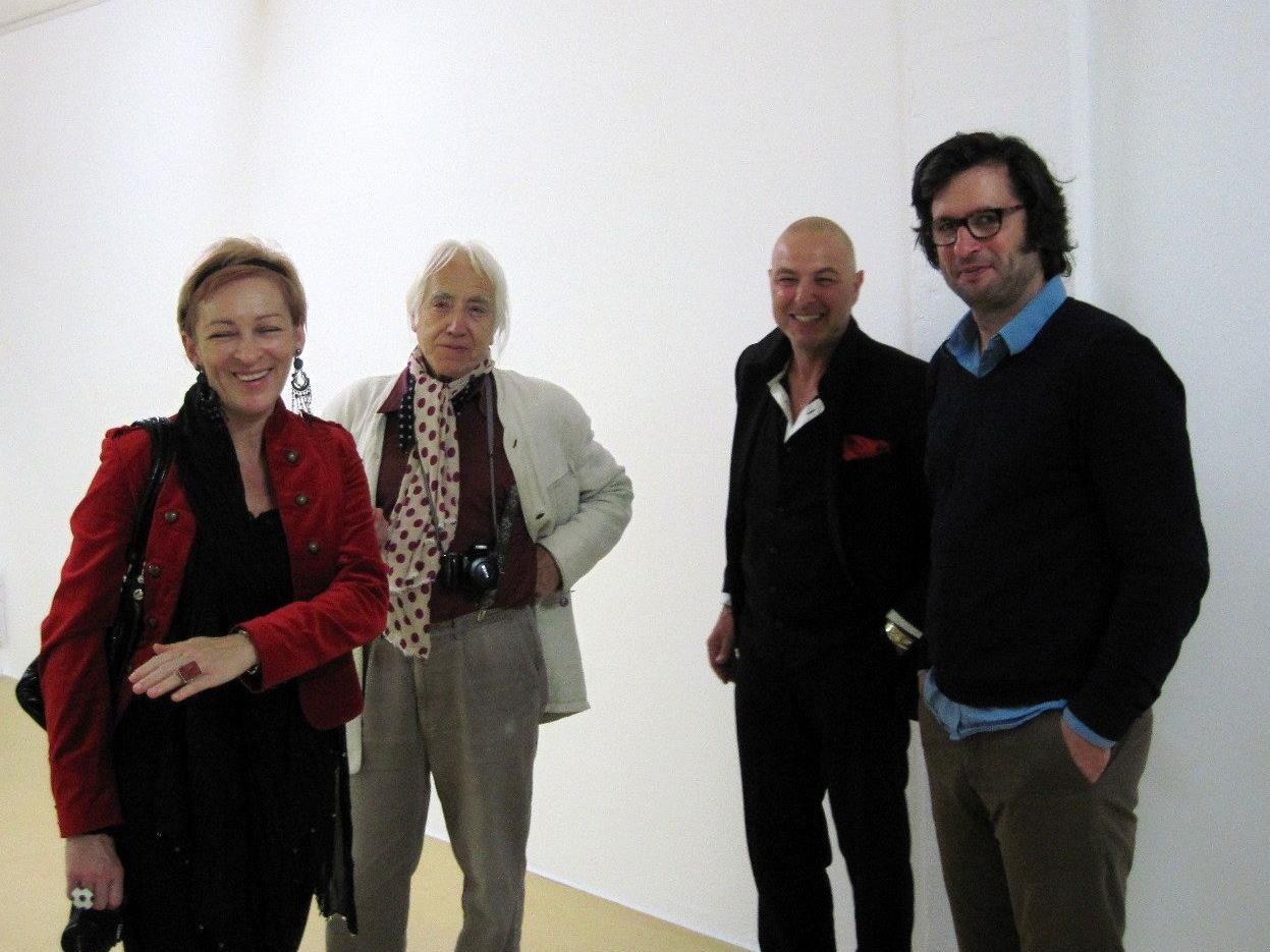 Felix Schramm (re) im Gespräch mit Ausstellungsbesuchern