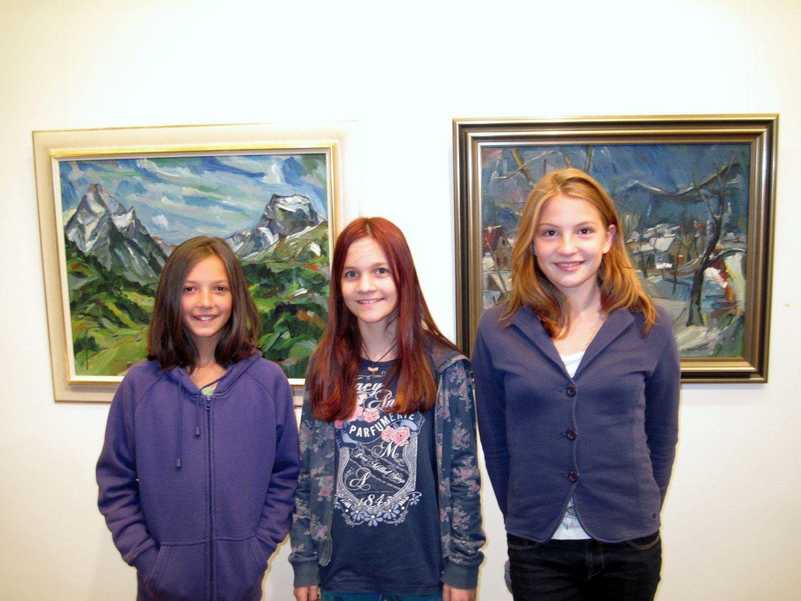 Auch junge Besucherinnen kamen zur  Ausstellungseröffnung