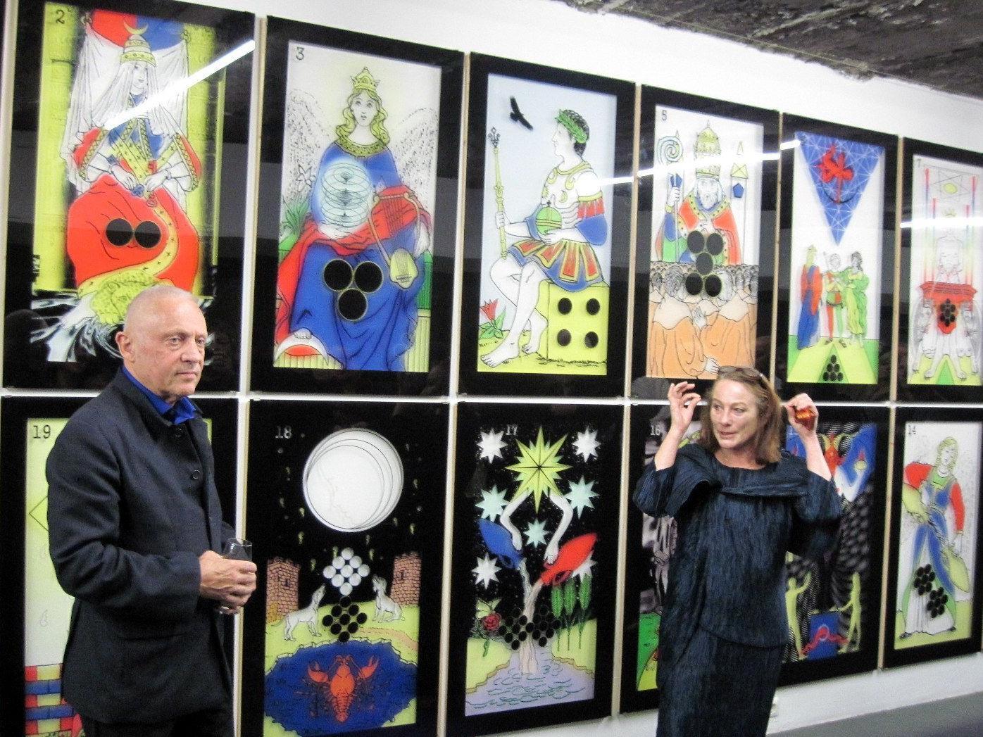 Galeristin Lisi Hämmerle bei der Ausstellungseröffnung mit Ugo Dossi