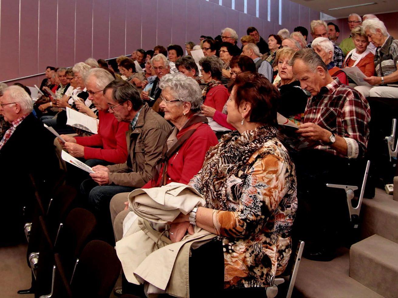 Interessiert lauschte die Gruppe der Versammlung im Landhaus