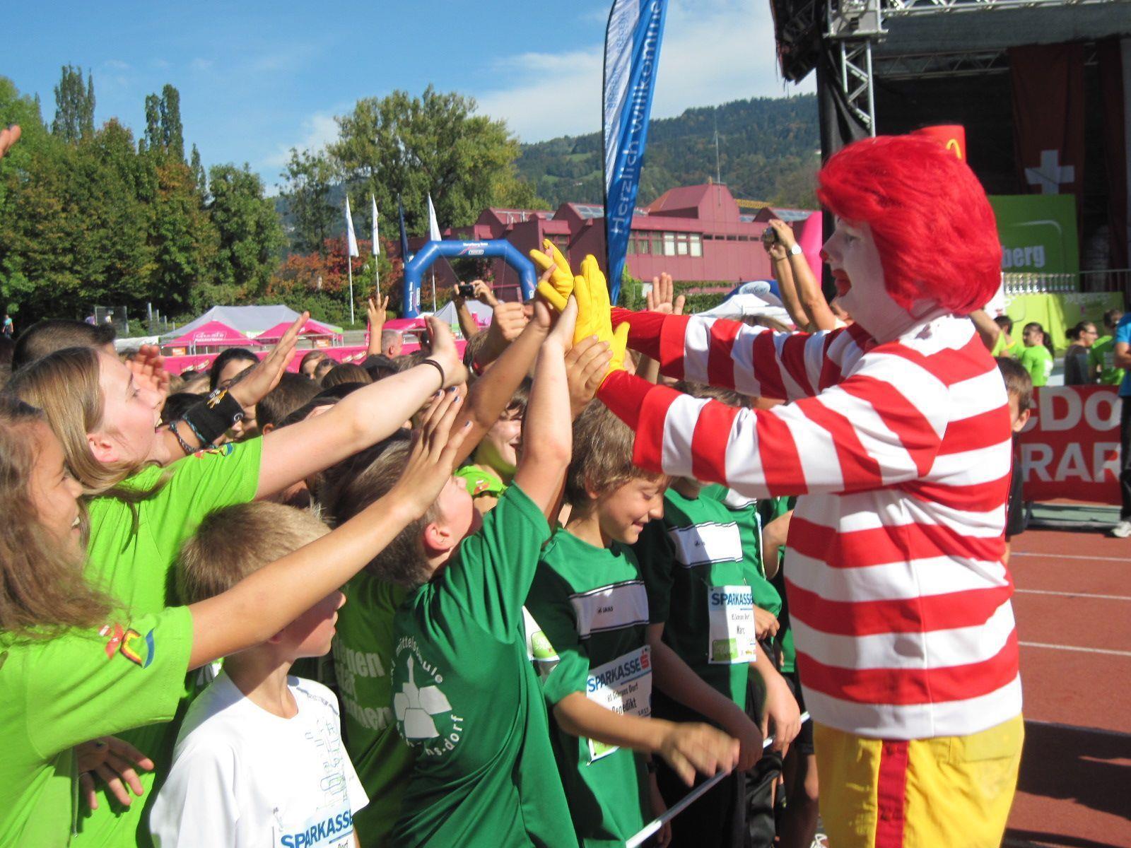 Mc Donald Clown motivierte die Kids vor dem Start