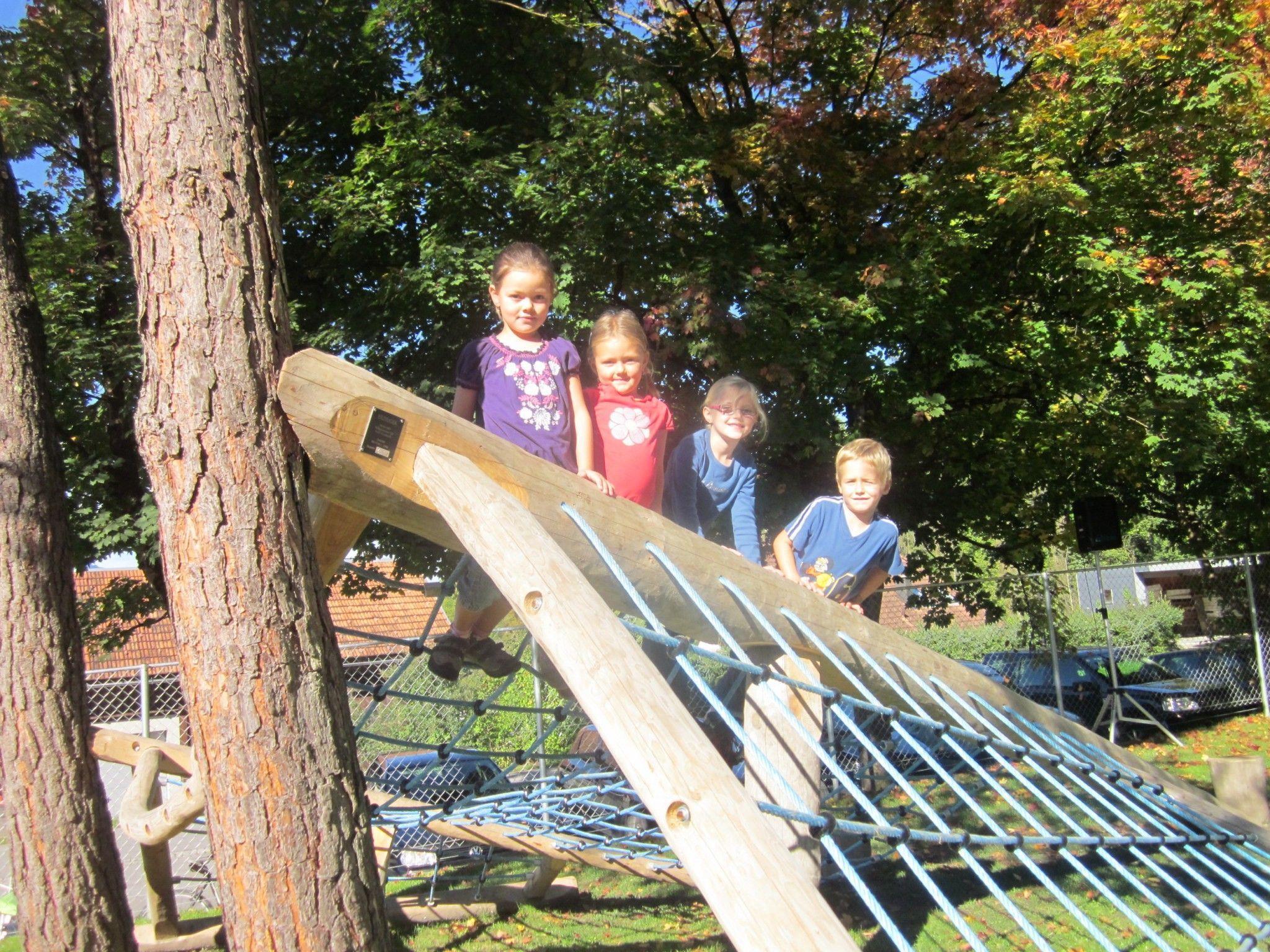 Die Kinder sind begeistert vom neuen Spielplatz.