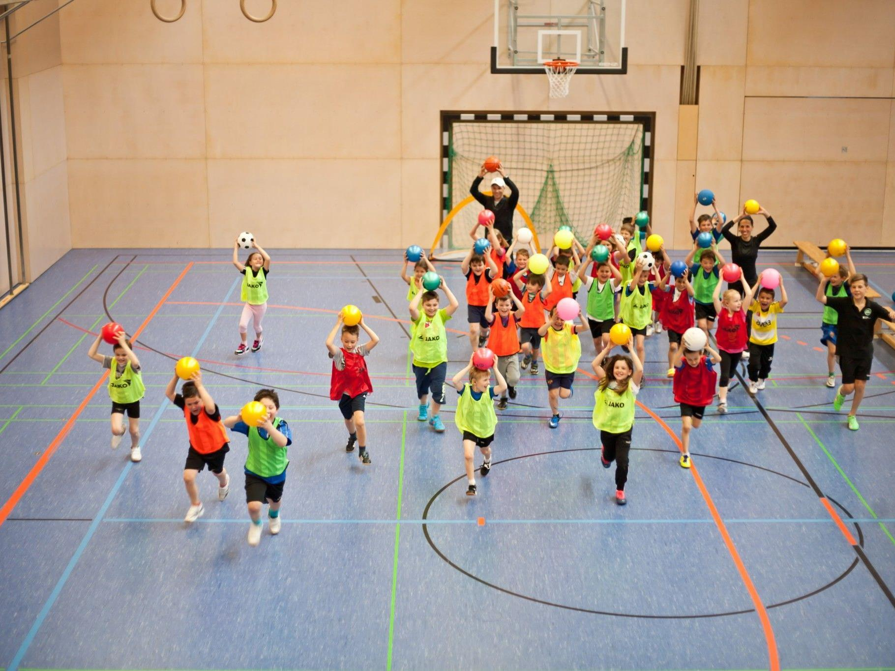 Kinder beim Ballspiel-ABC