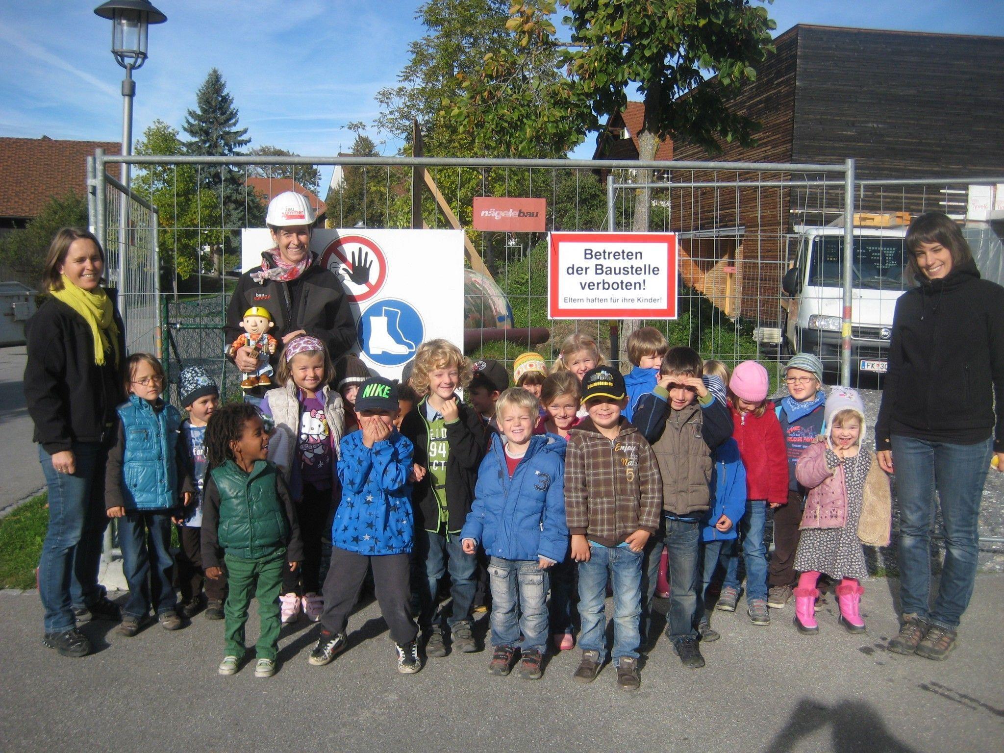 Petra Mathis-Matt MSc.Arch. (mit Helm) mit den Kindern und den Kindergartenpädagoginnen Claudia Breuß (Leiterin, re.) und Elke Nachbaur-Marte bei der Baustellenbesichtigung.