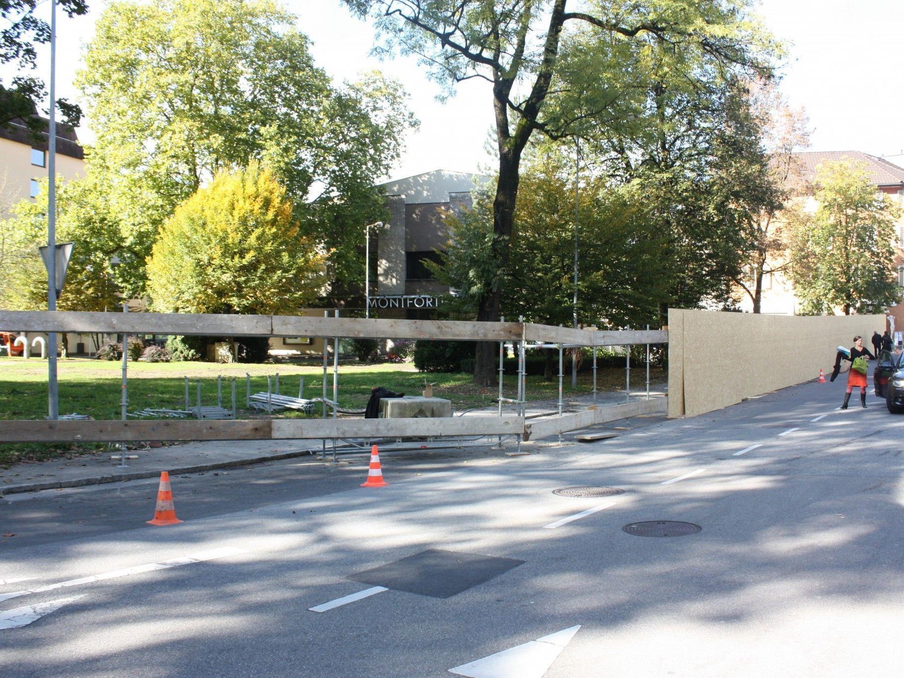 Am Rösslepark wirden derzeit die Absperrungen für die künftige Baustelle aufgebaut.