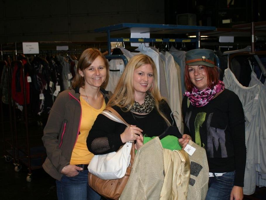 Sabine, Elisabeth und Barbara freuten sich über neue, extravagante Kleidungsstücke