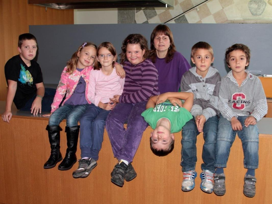 Betreuerin Rosemarie Gangel mit Kevin, Mavi, Nina, Michelle, Jamie, Leon und Fati