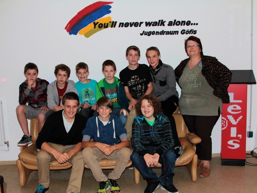 Einige Jugendliche mit Jugendraumleiterin Heidrun (Heidi) Schmid