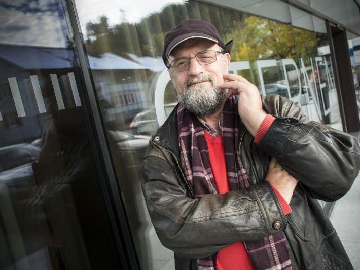 """Theo Kelz (59) vor dem Sternenhotel Wolfurt, gestern hielt er einen Vortrag mit dem Titel """"Mein Leben mit meinen neuen Händen""""."""