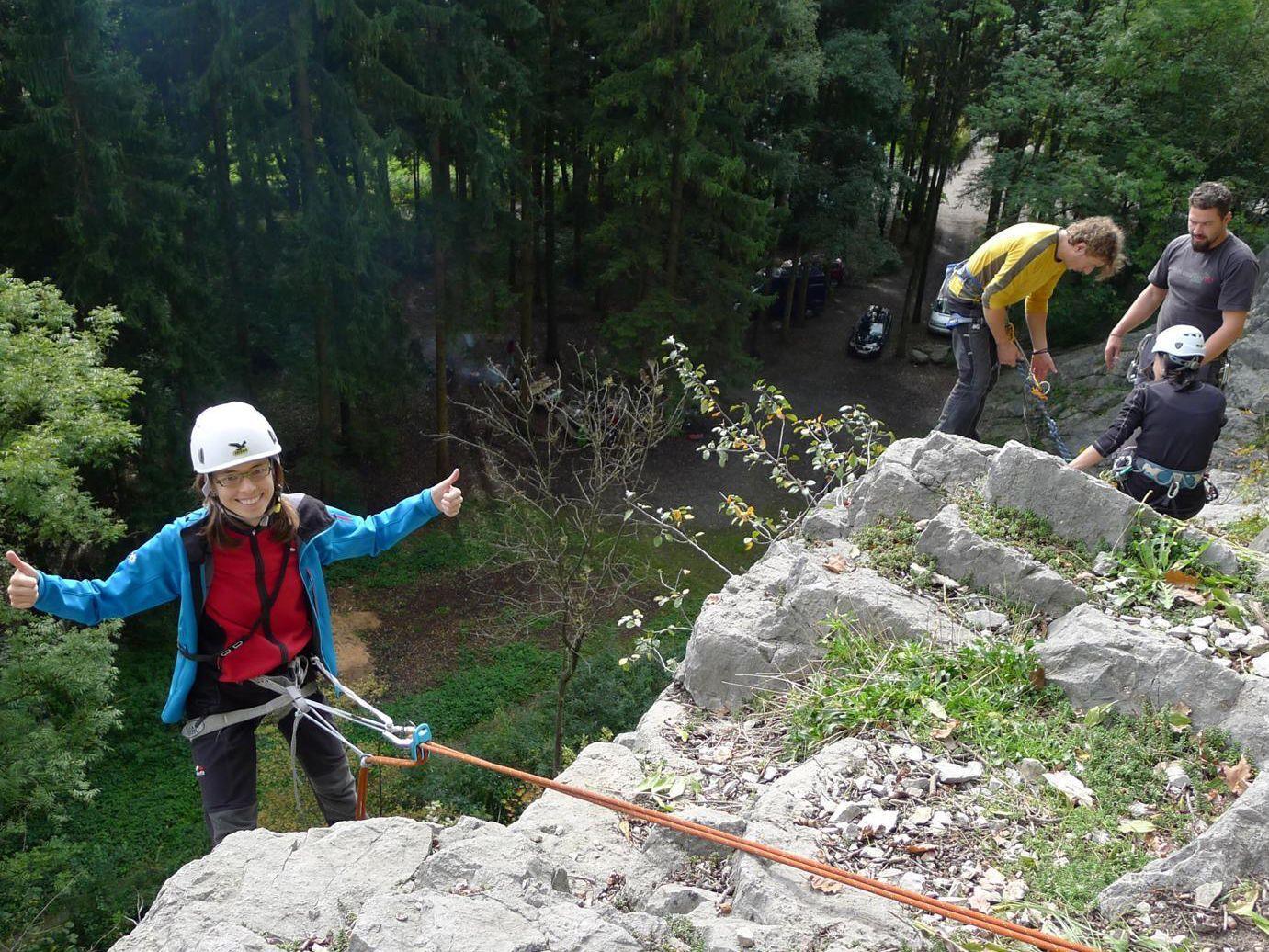 gesichertes Abseilen im Klettergarten
