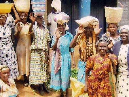 Die freiwilligen Spenden werden an die kenianischen Frauengruppen weitergeleitet.