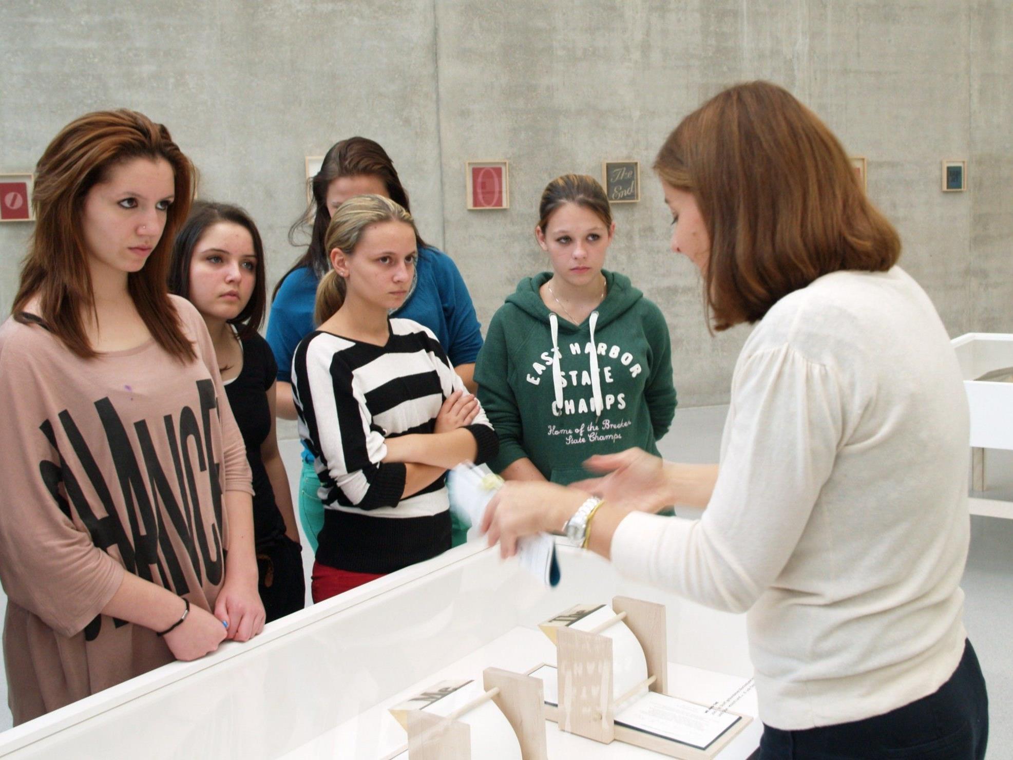 Christa Bohle führte eine Gruppe mit Schülerinnen durch die Ausstellung.