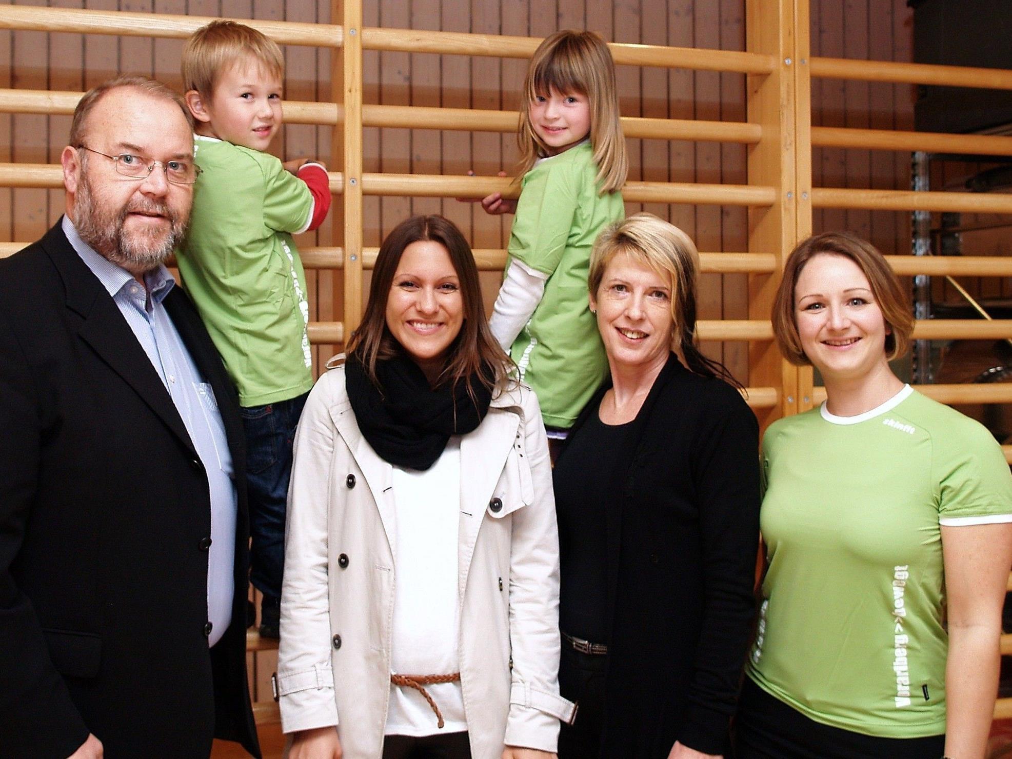 Kindergartenleiterin Martina Böckle mit Bürgermeister Werner Müller, Margot Thoma, Birgit Rothstein, sowie Theo und Jasmin