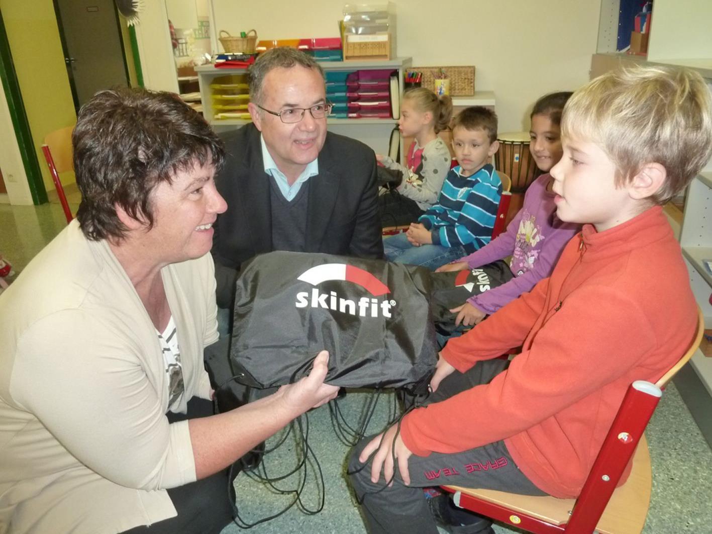 Die Stadträte Edith Mathis und Günter Linder verteilten 196 Startpakete an dieEmser  Schulanfänger.