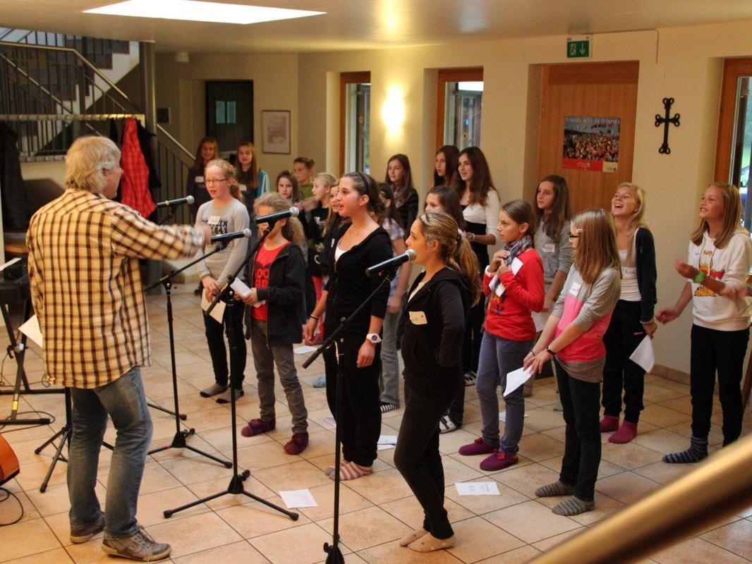 Von Samstag-Nachmittag bis Sonntag-Mittag studierte Wolfgang Verocai mit dem Jugendpopchor neue Songs ein.