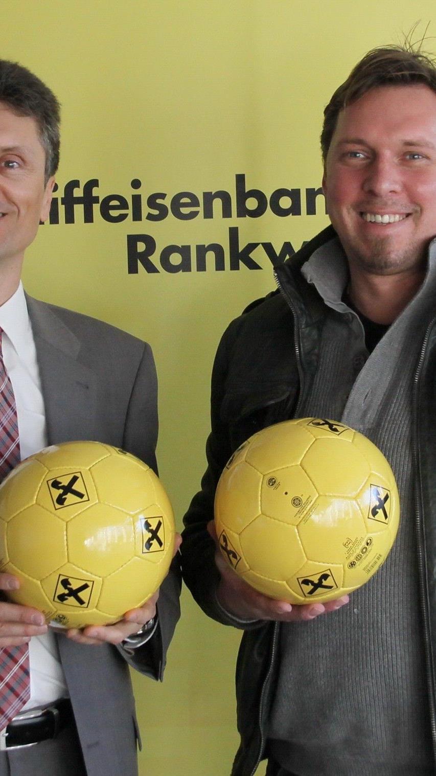 """Die Raiffeisenbank Rankweil mit Dir. Roland Marte mit RW-""""Boss"""" Ulli Bischoff freuen sich auf das Spiel."""