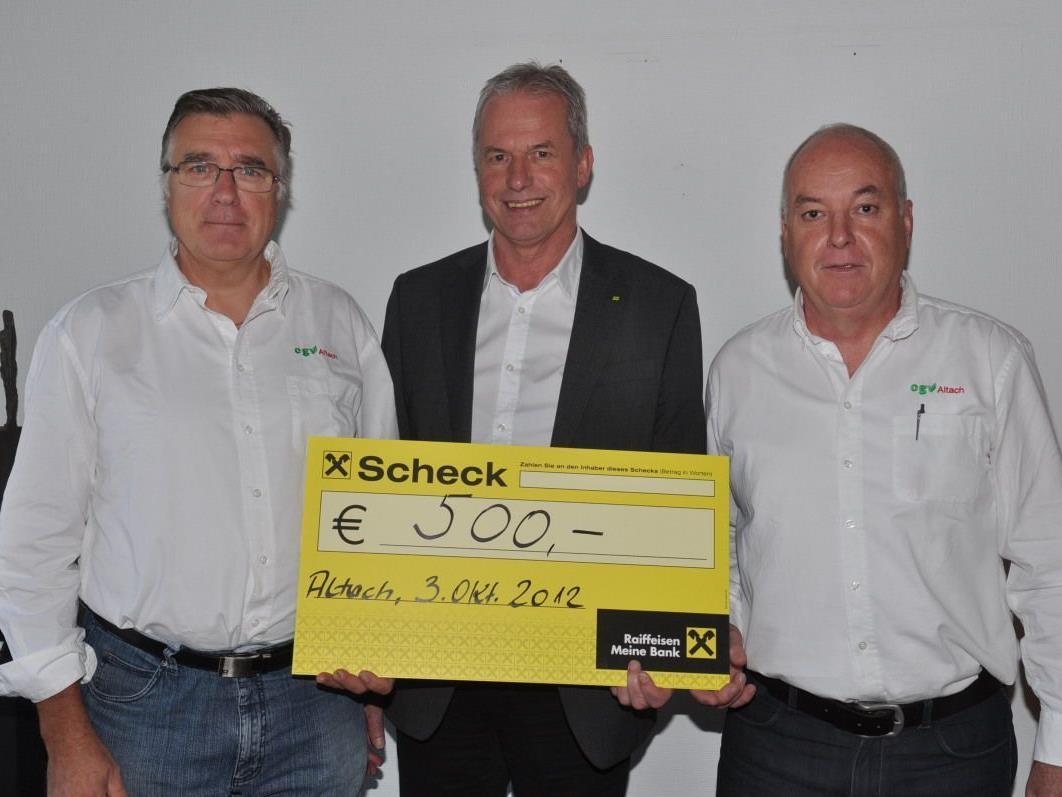 Bgm. Gottfried Brändle (M.) konnte von Walter Sabata (l.) und Herbert Wehinger den Scheck für den Sozialfonds entgegennehmen.