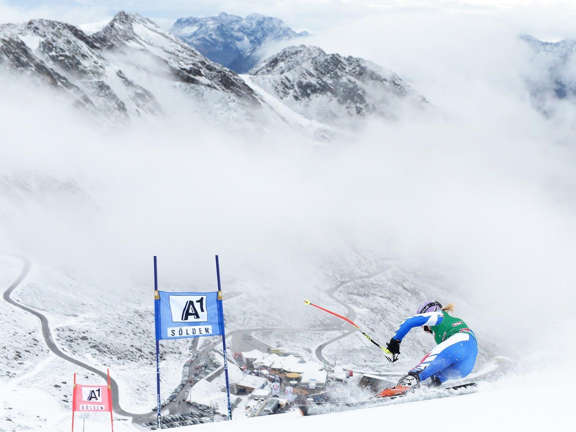Tina Maze führt zur Halbzeit beim Weltcup-Auftakt in Sölden.