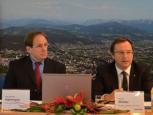 v.l.n.r.: Mag. Manfred Hämmerle (Direktor HAK Bregenz), Werner Böhler (Sprecher Vorarlberger Sparkassen).