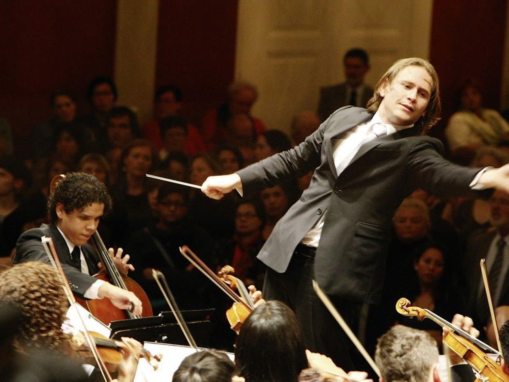 Der junge Dirigent Christian Vásquez in Aktion.