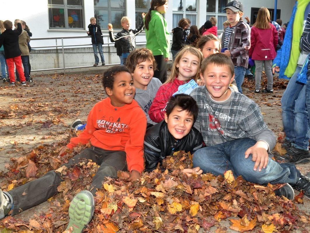 Raschelndes Herbstlaub ist besonders für die Kinder immer wieder faszinierend.